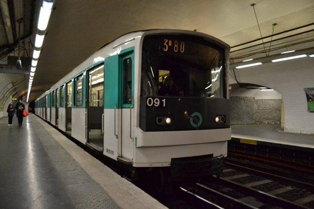 Метро в Париже внутри