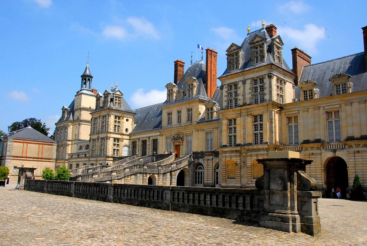 Дворец Фонтенбло недалеко от Парижа