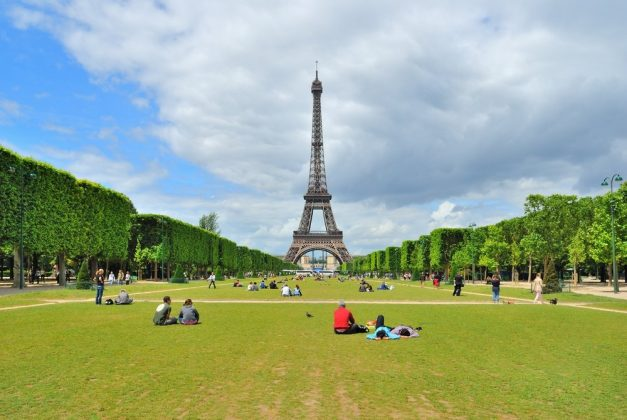 Пикник на Марсовом поле в Париже