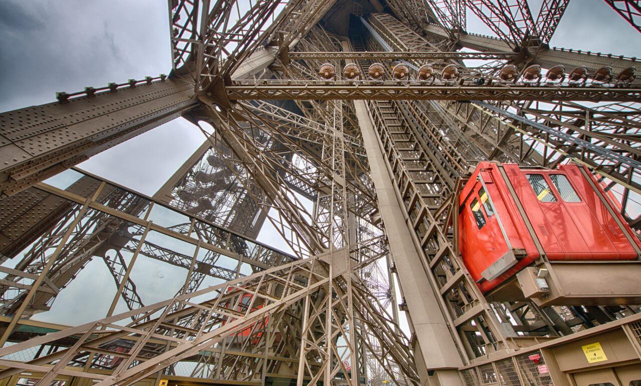 Подъем на Эйфелеву башню