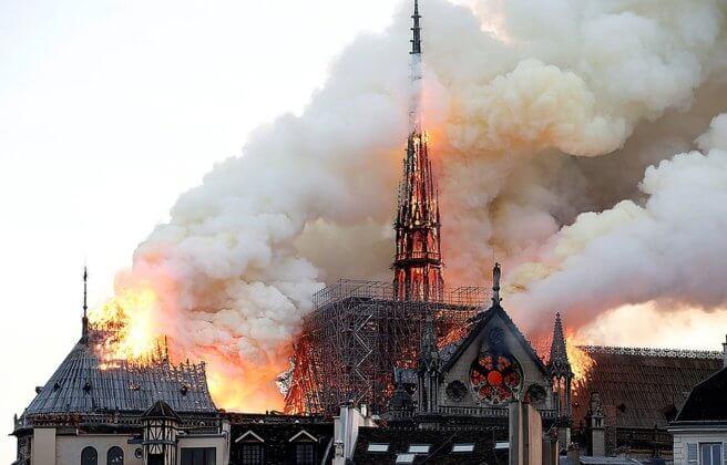 Пожар в Соборе Парижской Богоматери: видео и фото
