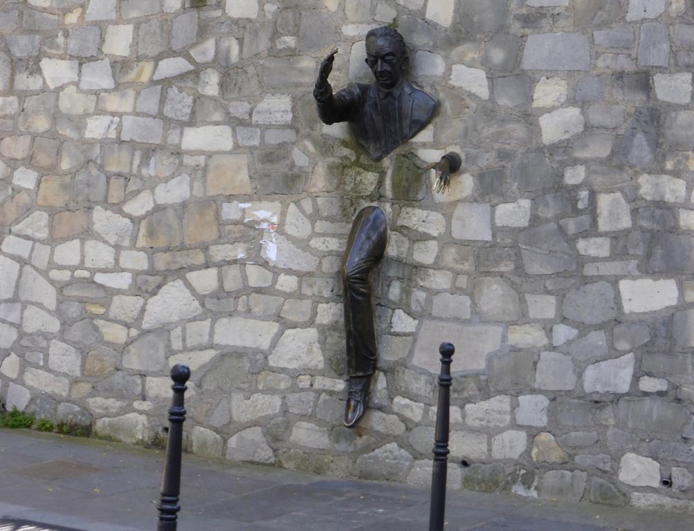 Скульптура Place Marcel Aymé на Монмартре